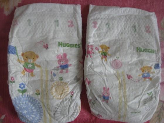 纸尿裤上可爱的小熊和小白兔卡通形象
