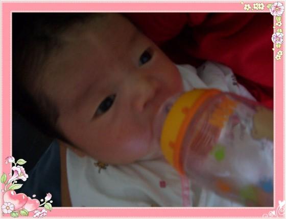 宝宝喝奶 非常开心