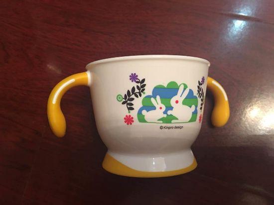 杯子很可爱哦,正面印着两只小兔子,背后还有刻度线.